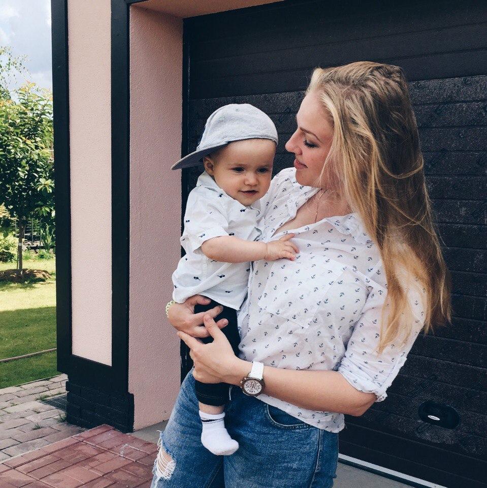 Алёна Чекен с сыном на руках