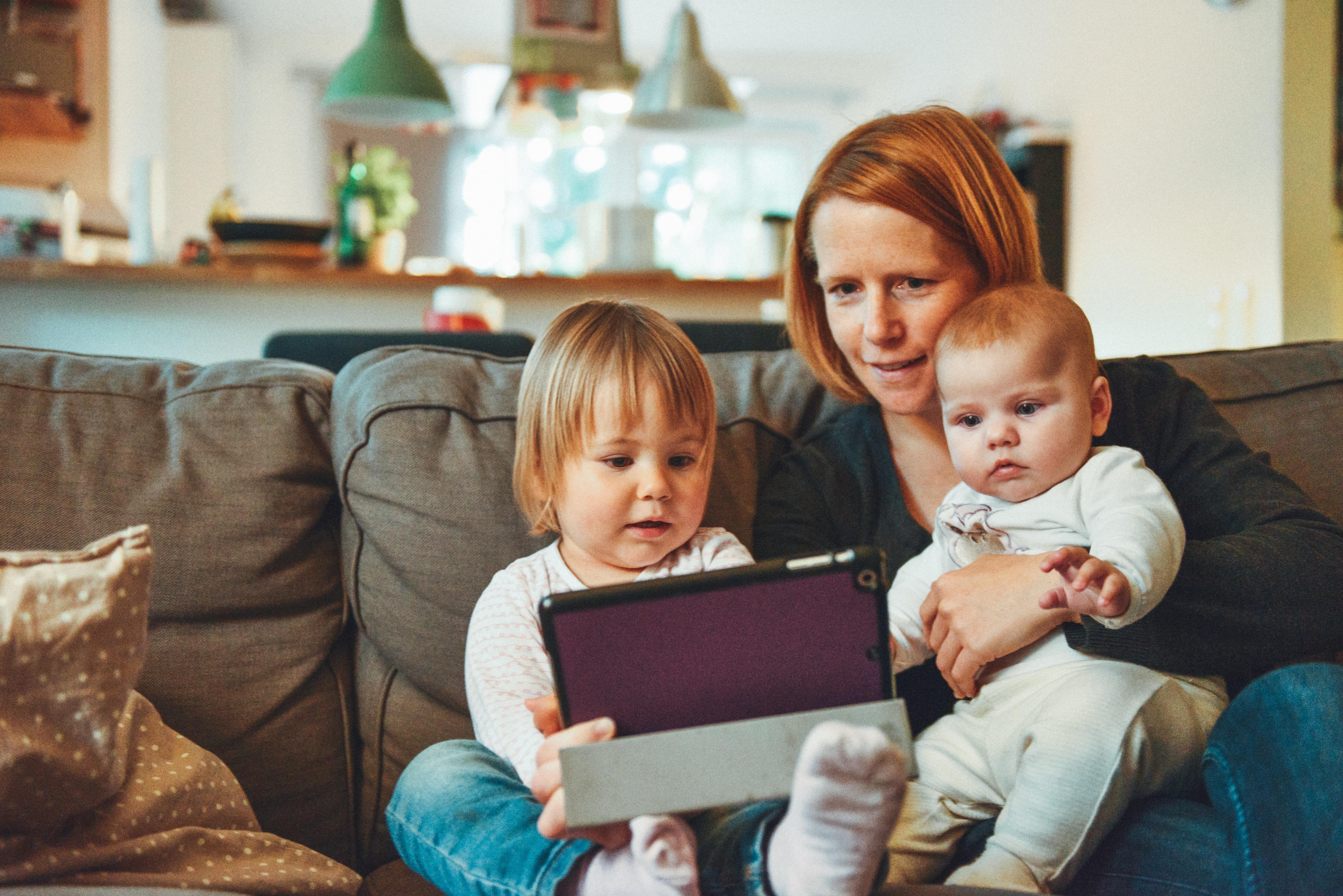 Можно ли успокаивать ребёнка планшетом