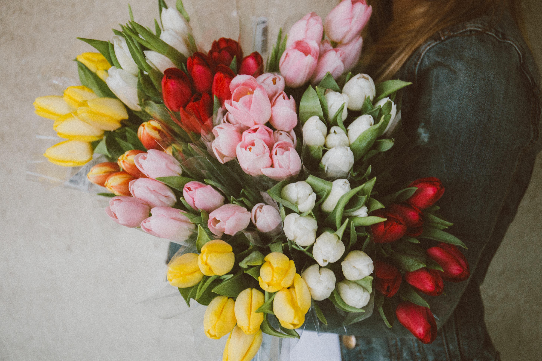 Может, добавим к подарку букетик цветов?