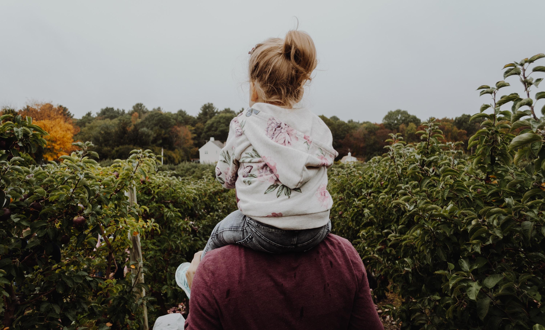 Фотограф делает снимки отцов до отцовства и сразу после